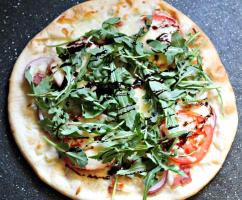 BLT Pizza Recipe - Easy Weeknight Meal. Topped with bacon, arugula, and tomatoes. #pizzarecipeeasy #bltpizza #weeknightmealidea